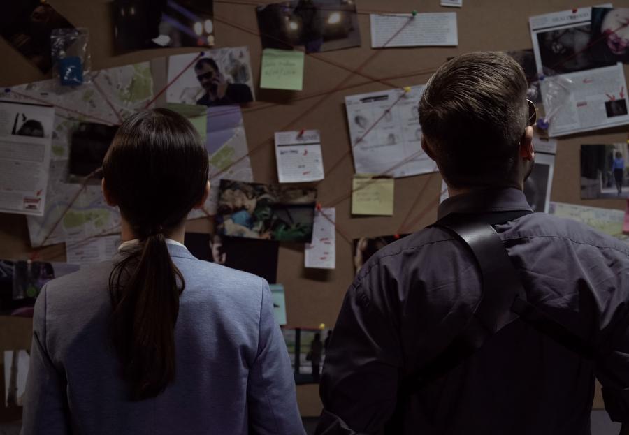 To mennesker der kigger på en tavle